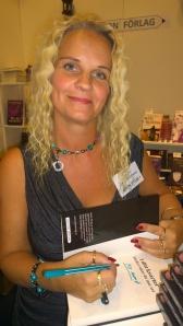 Jenny Jacobsson signerar sin bok åt mig!
